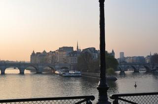 Le pont des Arts, entre le VIe et le Ier arrondissement de Paris, Ile-de-France.