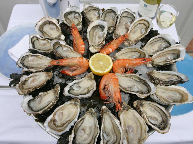 Saliver devant un beau plateau de fruits de mer
