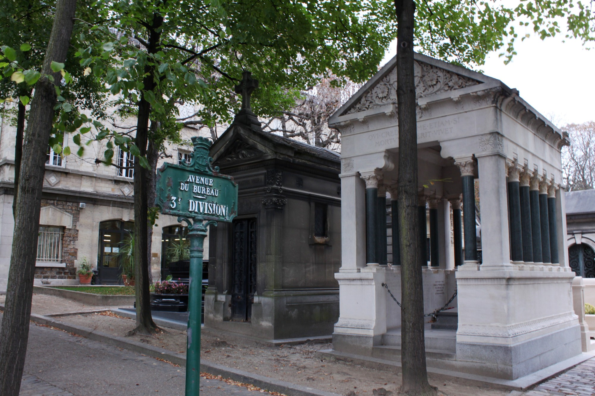 Walk with the dead at Père-Lachaise