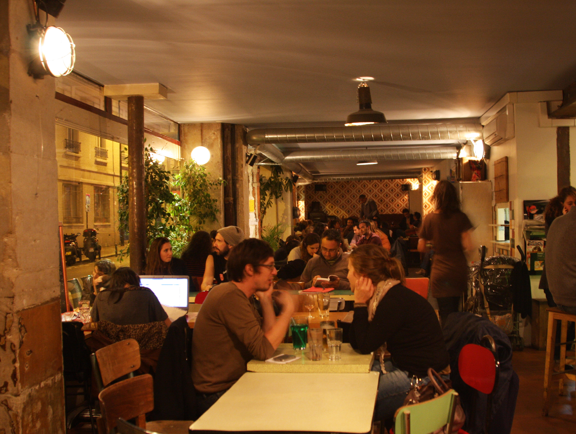 Les p res populaires bars and pubs in nation paris for Bar exterieur paris