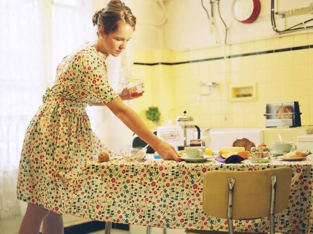 'Table', série 'Huis-clos' (© Amélie Chassary et Lucie Belarbi)
