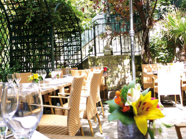 Le moulin de la galette restaurants montmartre paris for Bar exterieur paris