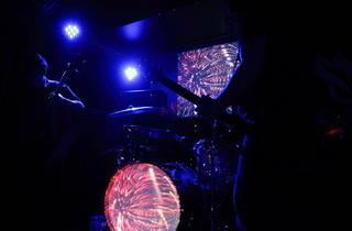 Monkey3 aux Combustibles (Dans la quasi obscurité, le groupe n'est éclairé que par la projection de vidéos psychédéliques.)