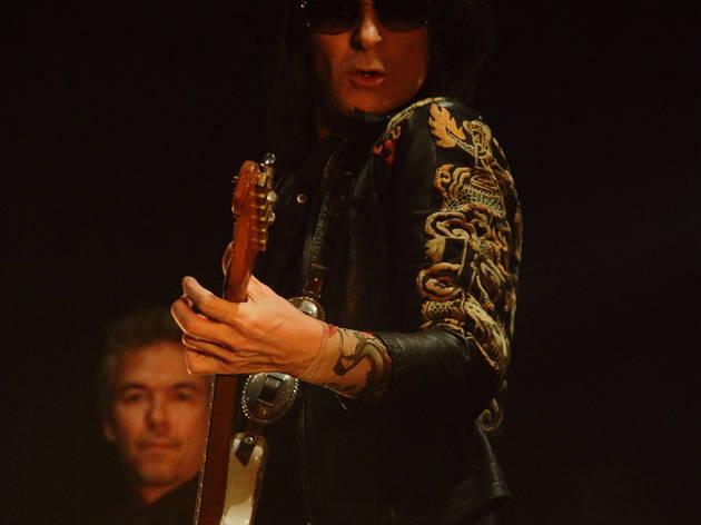Dick Rivers à l'Olympia (L'excellent guitariste Oli Le Baron joue à fond les clichés rock'n'roll... et c'est bien.)