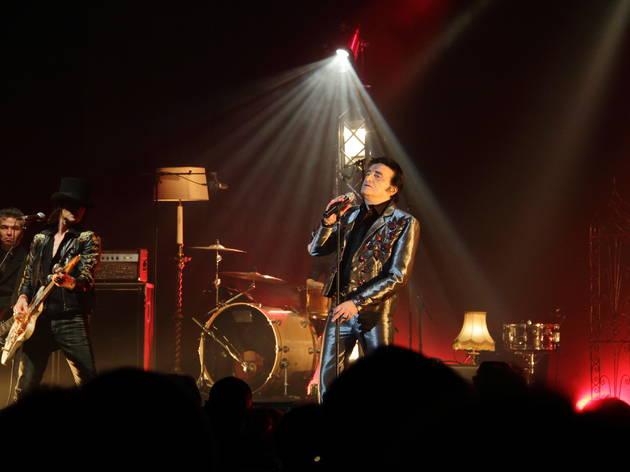 Dick Rivers à l'Olympia (Dick change de costume pendant le spectacle, le voici dans un ensemble kitschissime qui rappelle les grandes heures d'Elvis.)
