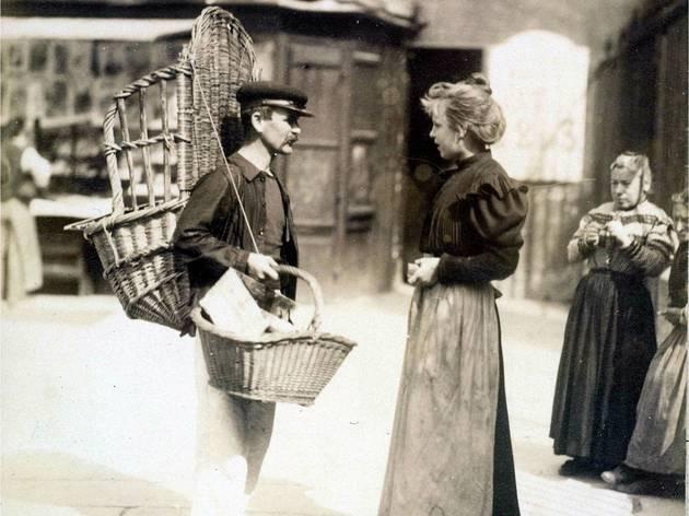 ('Marchand ambulant place Saint-Médard, 5e arrondissement', septembre 1899 / © Musée Carnavalet / Roger-Viollet)