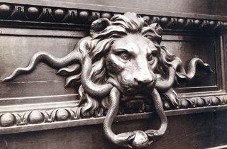 ('Heurtoir à tête de lion, hôtel de la Monnaie, quai Conti', septembre 1900 / © Eugène Atget / Musée Carnavalet / Roger-Viollet)