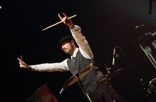 The Inspector Cluzo (Le batteur Phil Jourdain fait honneur au béret basque.)