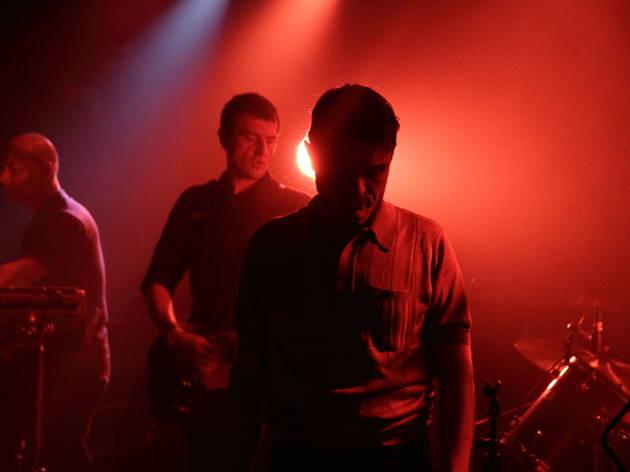 Frustration (Le chanteur Francis Gilbert, un nom de variétoche mais une attitude punk délectable.)