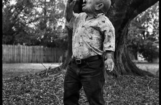 """(Peet dit """"Poubah"""", 75 ans, Avaleur de feu / © Christian Kettiger)"""