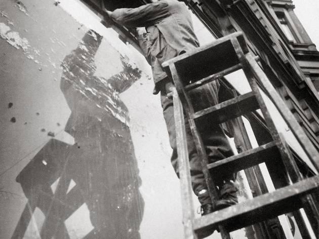 ('Monteur devant une vitrine', Berlin, 1931 / © Eva Besnyö / Maria Austria Instituut Amsterdam)