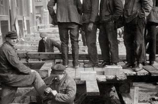 ('Berlin', 1931 (Alexanderplatz) / © Eva Besnyö / Maria Austria Instituut Amsterdam)