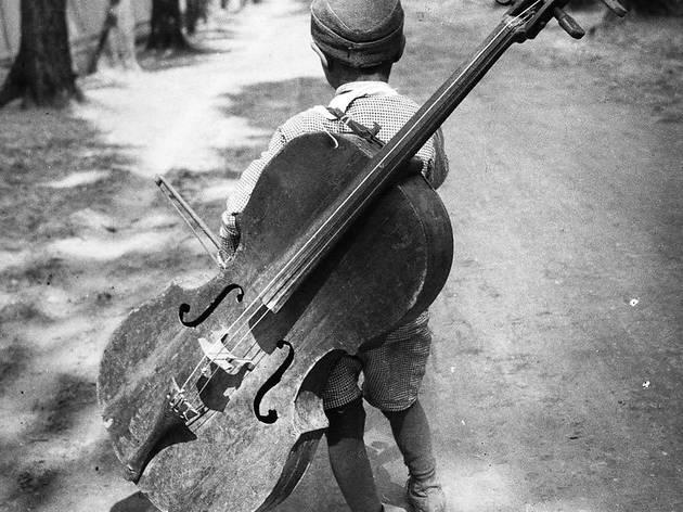 ('Sans titre', 1931 (Garçon au violoncelle, Balaton, Hongrie) / © Eva Besnyö / Maria Austria Instituut Amsterdam)
