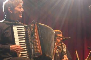 (Francis Varis (ça ne s'invente pas), accordéoniste talentueux et compagnon de longue date de l'Angevin.)