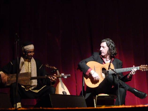 (Le maestro est (très) timide mais toujours classe. Ici avec le jeune El Mehdi Nassouli.)