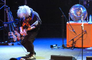 (Meilleur son que pour le groupe précédent (Psychic Paramount) et grosse énergie rock'n'roll : les Melvins mettent la Villette à genou.)
