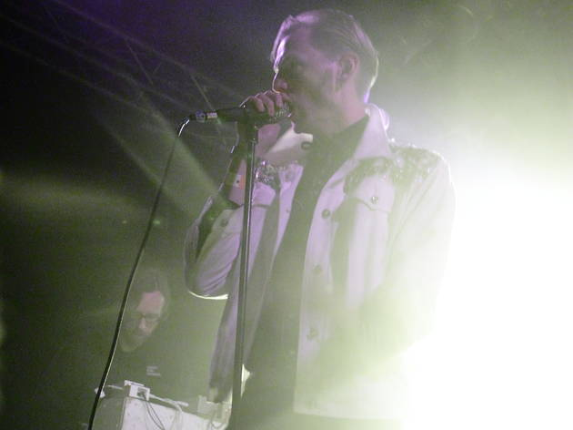 (Le chanteur Kristoffer Grip arbore une magnifique veste incrustée de diamants.)