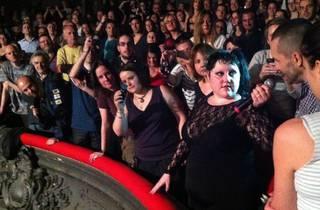 (Beth Ditto a fini le concert au balcon de la Cigale, entourée par ses fans et éblouie par les flashs.)