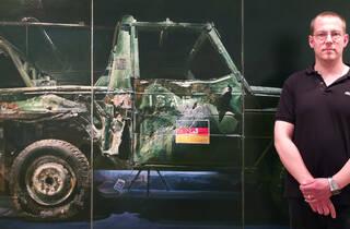 (Ulrich Lamsfuss devant son exposition à la galerie Daniel Templon / © Tania Brimson / Time Out)