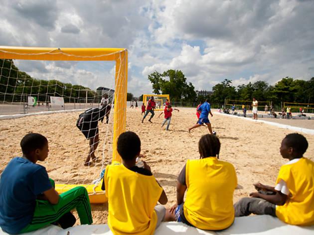 Plage de beach-volley à la Porte Dorée