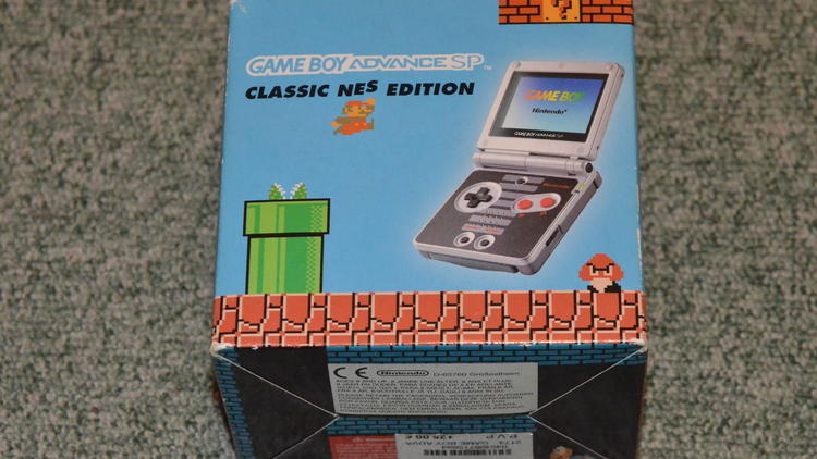 Les portables (Game Boy Advance SP Edition Classic NES / © Camille Coste)