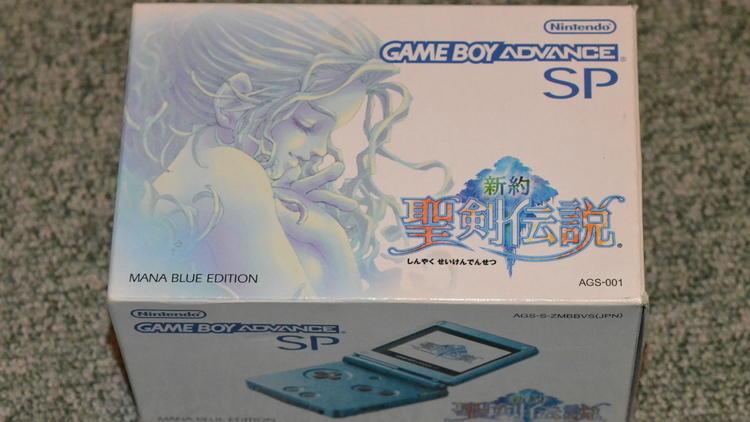 Les portables (Game Boy Advance SP Edition Mana Blue / © Camille Coste)