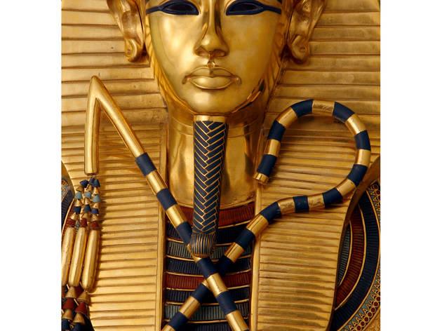 (Détail du troisième cercueil du pharaon / Original en or avec incrustation de pâte de verre et de gemmes / © DR )