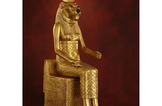 (La déesse Sekhmet / Original en bois doré avec incrustations de verre / © DR)