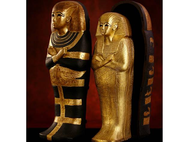 (Ensemble de cercueils miniatures / Original en bois, couvert de plâtre doré / © DR)