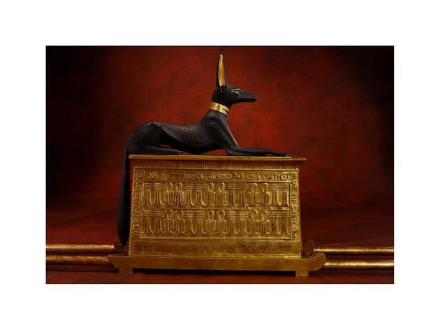 (a chapelle portative avec la statue d'Anubis / Original en bois doré, incrustations d'or, d'argent, de quartz et d'obsidienne / © DR)