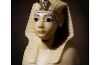 (Détail d'un vase canope en albâtre à l'effigie du pharaon / Original en calcite, avec dorures à la feuille et poignées dorées / © DR)