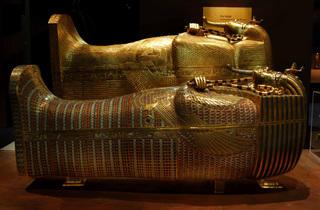(Deux des cercueils royaux / Au premier plan : le cercueil intermédiaire. Original en bois doré avec incrustations de pâte de verre et de gemmes / © DR)