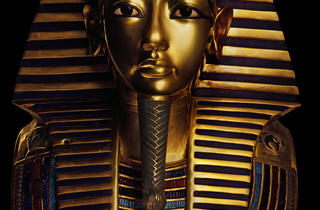 (Masque funéraire en or du pharaon Toutankhamon / Original en or massif avec incrustations de pâte de verre et de gemmes / © DR)