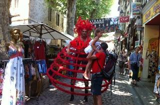 (Un comédien monté sur échasses ! / © Barbara Chossis)