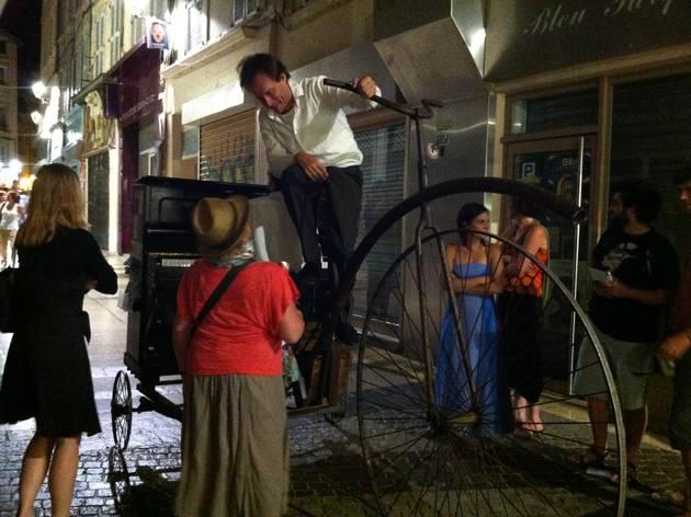 (Un piano itinérant sur un vélo à l'ancienne / © Barbara Chossis)