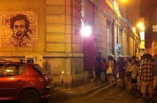 (La queue devant le Délirium, temple de la nuit avignonnaise, avec sur le mur de gauche un artwork de Kpuka, street artiste parisien / © Barbara Chossis )
