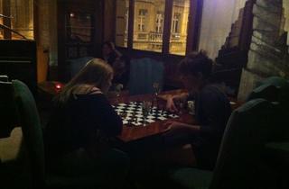 (Au Délirium, on ne fait pas que se trémousser et boire des 'Amours en cage', on joue aussi aux échecs... / © Barbara Chossis)