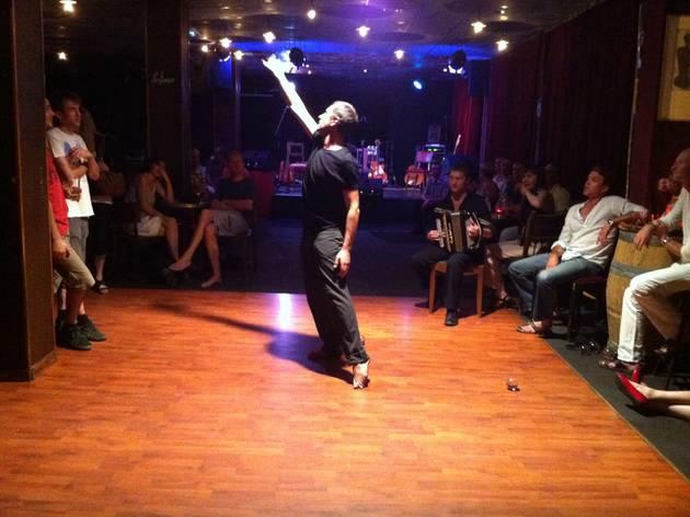 (Démonstration de jonglage poétique entre deux groupes au Délirium / © Barbara Chossis)
