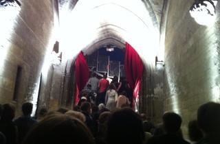 (Entrée dans la Cour d'honneur du Palais des papes / © Barbara Chossis)