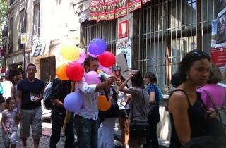 (Vincent Piguet est un coquinou, ses ballons n'ont aucun rapport avec son spectacle / © Barbara Chossis)