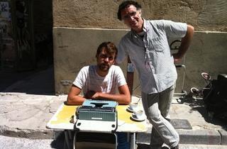 (L'autre poète public d'Avignon, non moins talentueux, accompagné d'un musicien de rue / © Barbara Chossis)