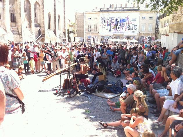 (Groupe de musique tribale sur la place du Palais des papes / © Barbara Chossis)