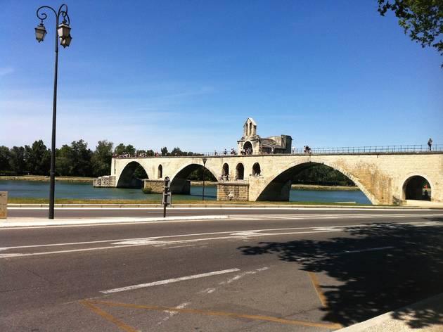 (Sur le pont d'Avignon, on y danse plus trop, et l'accès est payant / © Barbara Chossis)