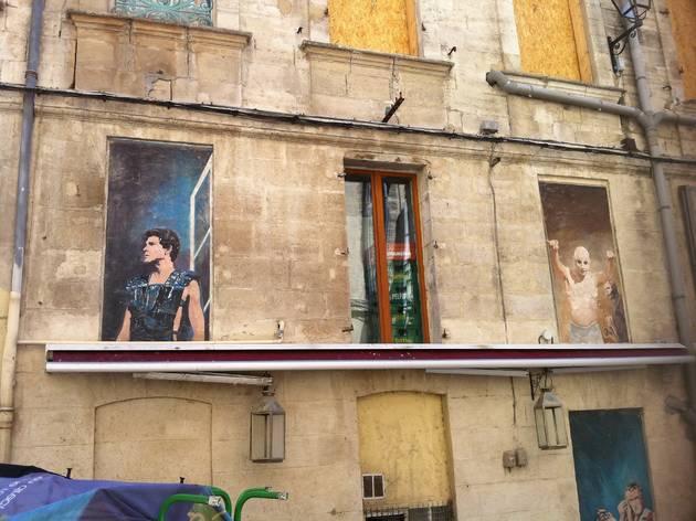 (Les peintures murales en trompe l'œil devant la Maison Jean Vilar / © Barbara Chossis)