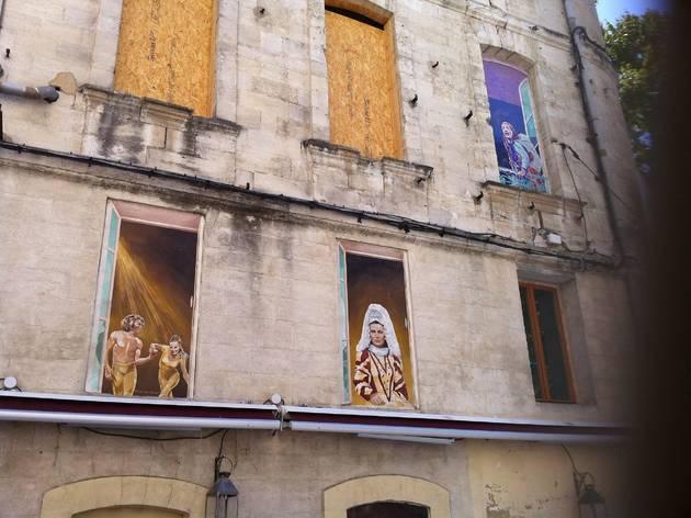 (Peintures murales en trompe l'œil devant la Maison Jean Vilar / © Barbara Chossis)