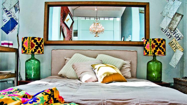 Cama Terr tapizada en Linot QS base con 4 cajones y espejo