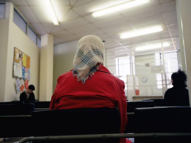 ('Woman in Headscarf, DHSS waiting room', Bristol, 1984, extrait de la série 'Beyond Caring' / Courtesy Galerie Les filles du calvaire, Paris / © Paul Graham)