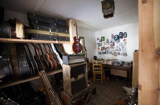 old style guitar shop shopping in silver lake los angeles. Black Bedroom Furniture Sets. Home Design Ideas