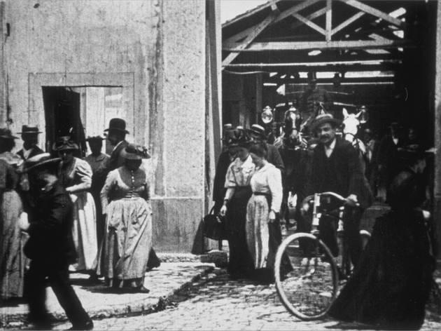 (Auguste et Louis Lumière, 'Sortie d'usine', 26 mai 1895 / © Association Frères Lumière)