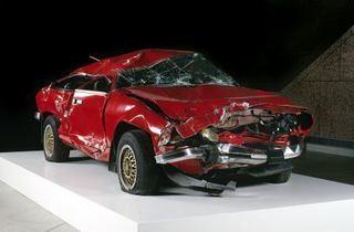 (Giulietta, 1993 Automobile accidentée Musée d'art moderne et contemporain, Strasbourg © Musée d'Art moderne et contemporain de la Ville de Strasbourg © photo : M. Bertola)